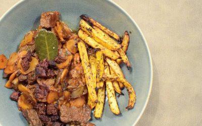 stoofpotje van rundvlees en chouriço met koolraapfrietjes
