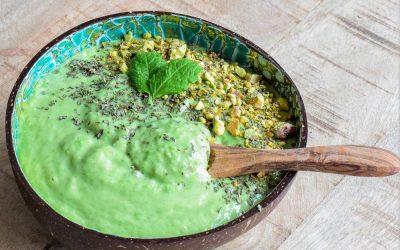Groene smoothiebowl met doperwten