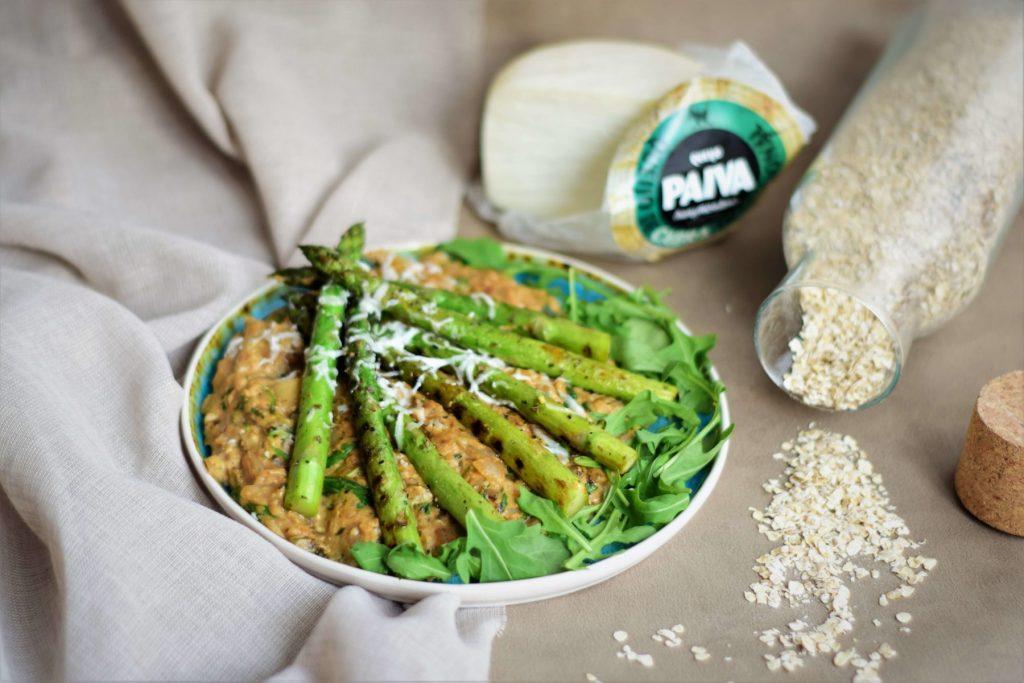 vega groene asperges met havermout risotto en Portugese geitenkaas