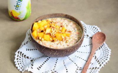 Tropische overnight oats met kokos, mango en wortel