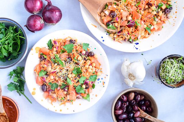 vegetarische hoofdgerechten Portugese kikkererwten salade grao de bico bovenaf