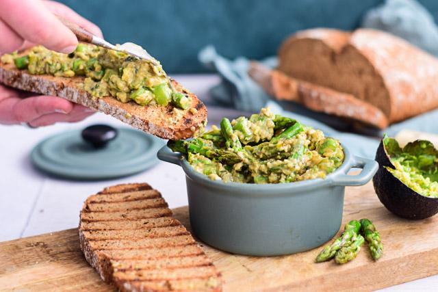 roerei met asperges en avocado op brood