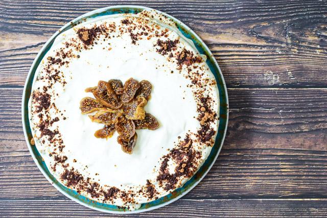 bananenbrood taart met vijgen, carbobe en hangop frosting flatlay