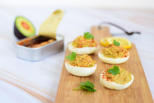 gevulde eieren met sardines en avocado dichtbij