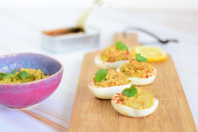 gevulde eieren met sardines en avocado met bakje vulling