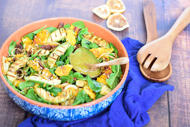 spinazie salade met gegrilde avocado en sinaasappel