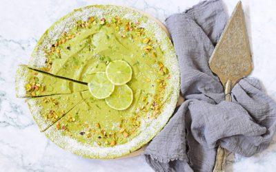 Limoen avocadotaart met kokos en pistachebodem