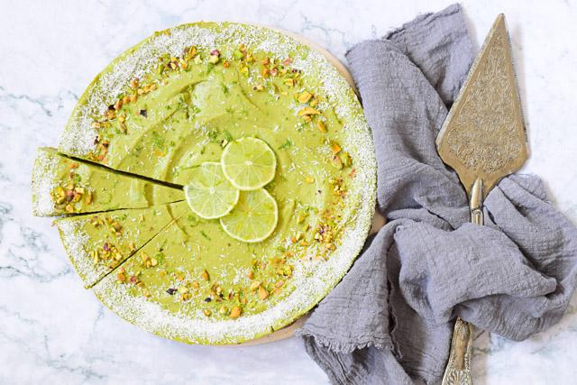 vegan limoen avocado taart met pistache bodem