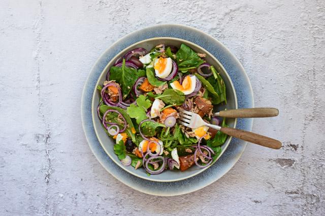 zoete aardappel salade met tonijn en ei flatlay