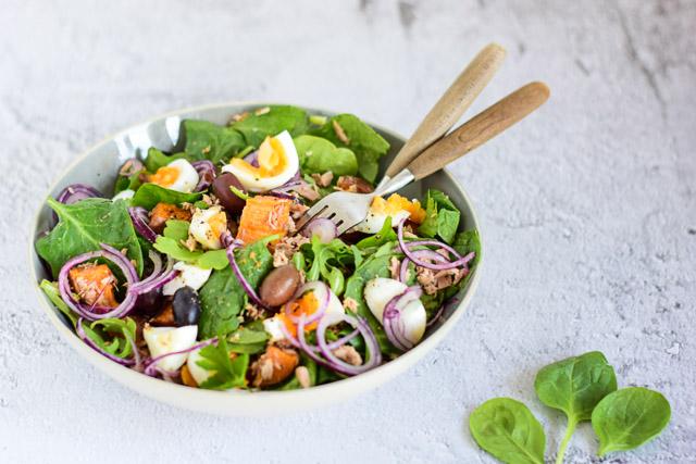zoete aardappel salade met tonijn en ei voorkant