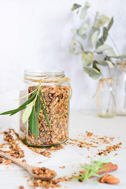 granola recept met vijgen en rozemarijn staand