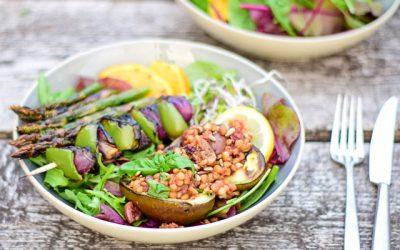 Avocado van de BBQ gevuld met linzen, olijven en vijgen