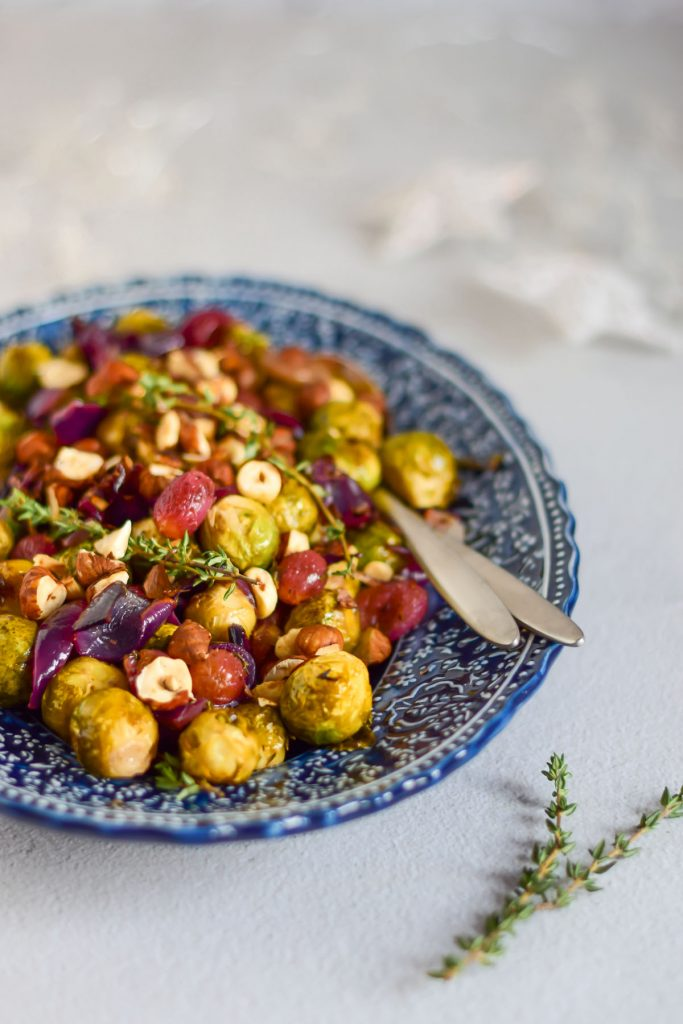 geroosterde spruiten met druiven uit de oven