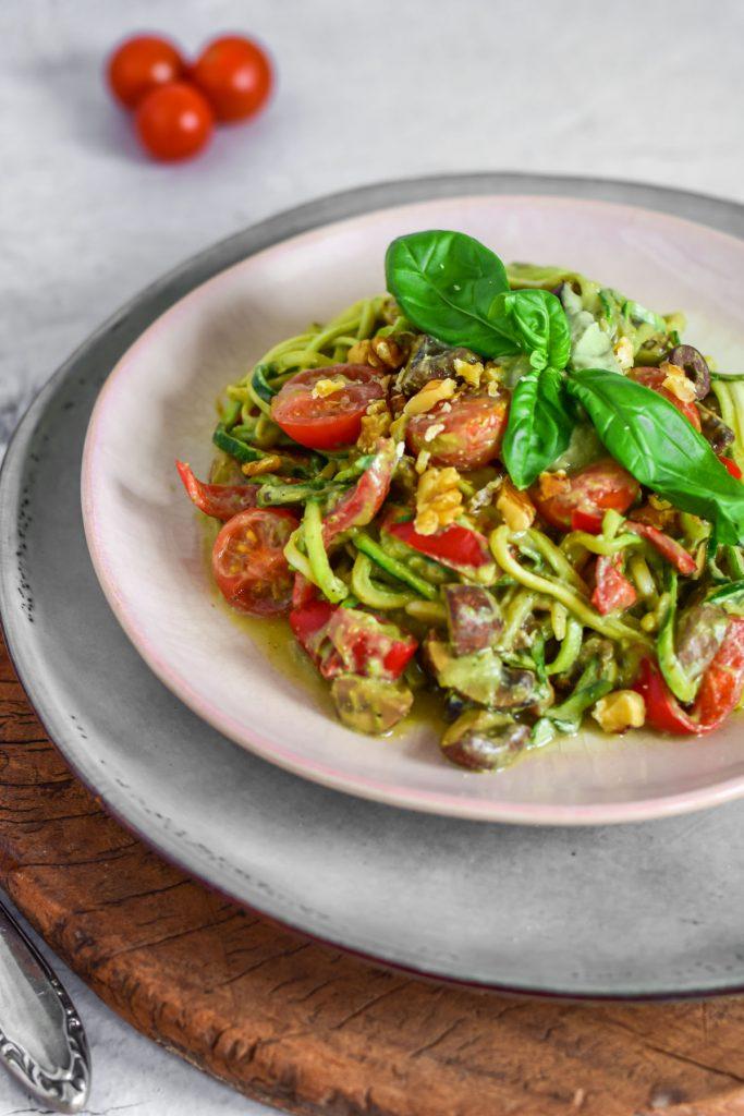 vegan courgetti met gezonde saus, champignons en olijven vegan
