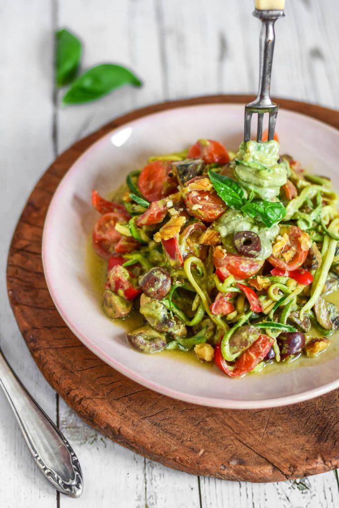 romige courgetti met gezonde saus, met champignons en olijven vegan
