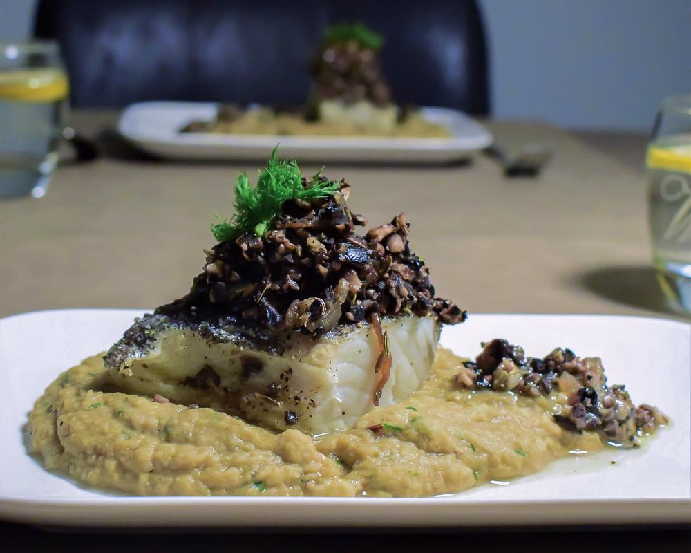 bacalhau met kikkererwtenpuree en champignon olijf tapenade