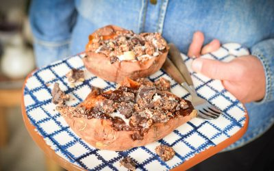 Gepofte zoete aardappel ontbijt met chocolade en granola