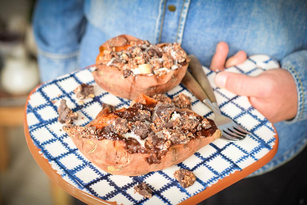 gepofte zoete aardappel ontbijt met granola