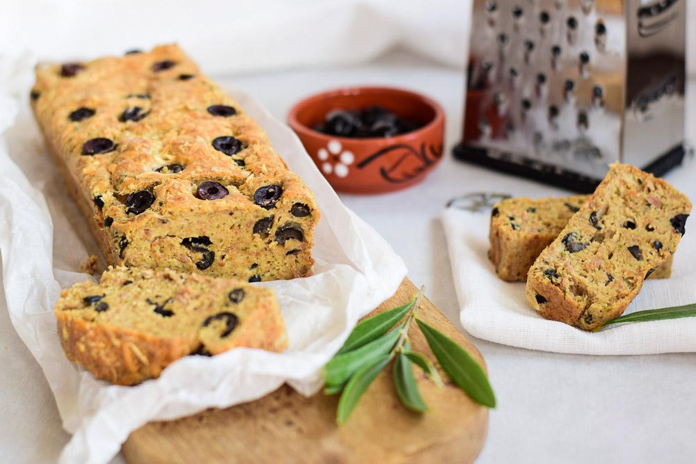 hartige cake met olijven en tonijn