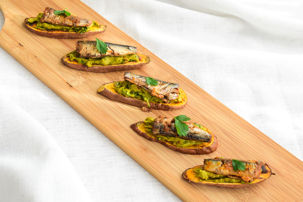 Zoete aardappel toast met sardines en avocado