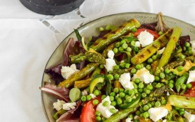 Gegrilde asperge salade met geitenkaas en pesto